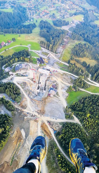 """?? ?? Die Aufnahme eines Gleitschirmpiloten aus der Vogelperspektive Mitte September zeigt die Dimension der Baustelle für den neuen """"Flying Mozart""""."""