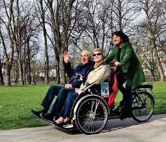 ??  ?? Bequem unterwegs: Ehrenamtliche machen mit älteren Menschen per (Elektro-)Rikscha Ausflüge