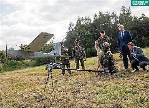?? Fotos: Gerry Huberty ?? Mehr Bilder auf www.wort.lu Premier Xavier Bettel beim Start einer Drohne, wie die luxemburgische Armee sie derzeit während ihrer Malimission einsetzt. Diese kann bis zu drei Stunden in der Luft bleiben, zwanzig Kilometer weit und einen Kilometer hoch fliegen.
