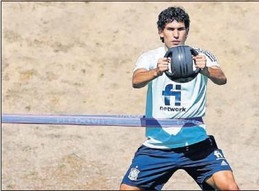 ??  ?? Jesús Vallejo entrenándose con la Selección española para preparar los Juegos Olímpicos de Tokio.
