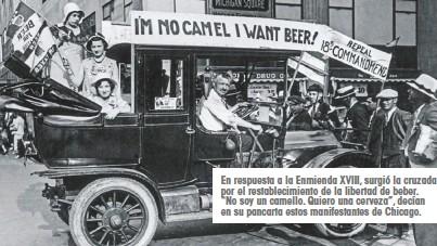 """??  ?? En respuesta a la Enmienda XVIII, surgió la cruzada por el restablecimiento de la libertad de beber. """"No soy un camello. Quiero una cerveza"""", decían en su pancarta estos manifestantes de Chicago."""