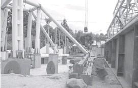 ??  ?? Cerca de la urbanización El Pinar descansa la estructura desde la que se montará el puente atirantado hasta la entrada del barrio La Enea.
