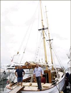 ??  ?? À gauche, Didier Cloarec et Erick Leclerc à bord de leur navire. À droite, en haut, la cabine principale décorée d'une tête de lit dessinée par Fellini. En bas, les palmes d'or sur la proue demandées par Fellini en . (Photos Gilles Traverso)