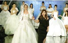 ??  ?? ANDROMEDA: Vina Wijayanti bersama para model yang mengenakan busana karyanya dalam runway pada Jumat malam (11/5) di atrium Pakuwon Mall.