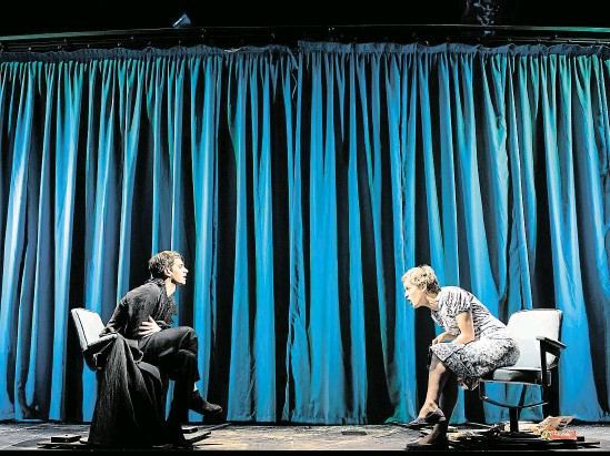 ?? Andrew Garfield jako Prior (vlevo) a Denise Goughová (Harper) v londýnských Andělech v Americe, v části zvané Perestrojka. FOTO HELEN MAYBANKSOVÁ ?? Je to drama.