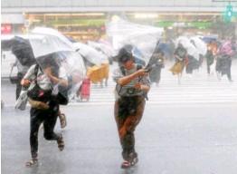 ??  ?? Avant l'arrivée du typhon, les autorités ont averti la population du risque de pluies torrentielles, de glissements de terrain, de vents très violents et de grosses vagues. de hautes vagues s'écrasant déjà sur les rochers sur la côte à Shimoda, au...