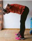 ??  ?? Diese Haltung tut dem Rücken gut: Im hüftbreiten Stand wird der Bauch einge‰ zogen, der Rücken bleibt gerade und die Fingerspitzen gehen an den Hinterkopf.