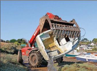 ??  ?? La manutention des épaves n'est pas toujours facile et les difficultés augmentent avec la taille.