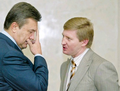 ??  ?? Former President Viktor Yanukovych (L), then lawmaker and leader of the Party of Regions, talks to billionaire oligarch Rinat Akhmetov, then also a lawmaker, in parliament in July 2006, four years before his election as president. (UNIAN)