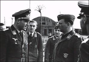?? DR/COLL. CHRIS GOSS ?? Le hptm Fritz Fliegel (à gauche) lors du retour de l'oblt Erich Adam (à l'extrême droite) après son atterrissage forcé au Portugal.