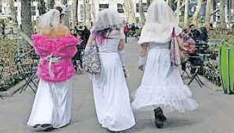 ??  ?? THREE Brazilian women have defied deeply conservative trends in Congress and wider traditional mores by celebrating a polygamous union. civil