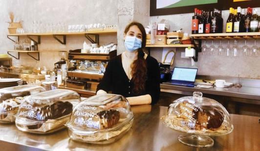 ?? Photo Julien Hennequin ?? Alba, employée de la Francachela, au sud de Madrid, travaille désormais quatre jours par semaine.