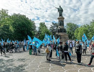 ?? (Foto Ansa/Pretto) ?? Bandiere alzate La manifestazione in piazza Dante promossa ieri mattina dalla Uil