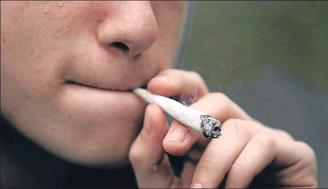 """?? © MARK BLINCH / REUTERS / REUTERS ?? Los médicos alertan del consumo calificado como """"compulsivo"""" de marihuana mezclado con el alcohol en edades cada vez más tempranas"""