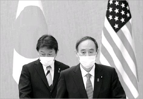 ?? Eugene Hoshiko/agence Francepresse ?? Japanese Prime Minister Yoshihide Suga (right), with Japanese Foreign Minister Toshimitsu Motegi, walk to attend a courtesy call with U.S. Secretary of State Antony Blinken and Defense Secretary Lloyd Austin in Tokyo. On Friday, Suga will be the first head of government welcomed to the Biden White House.
