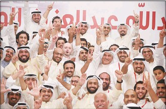 ?? Photo by Rizk Taufik ?? Abdullah Al-Mehri who won Municipal elections from 2nd Constituency celebrates with his supporters.