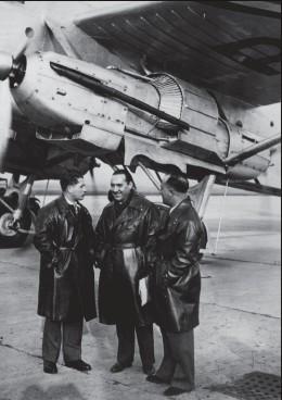 ?? DR/COLL.P. LAUREAU ?? L'équipage du LaurentGuerrero réuni autour de Paul Codos (18961960) avec à sa gauche Léopold Gimié (1903-1943), le navigateur, et Marcel Reine (1901-1940), second pilote.