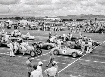 ??  ?? Left: The 1956 New Zealand Grand Prix at Ardmore would change Bill's life