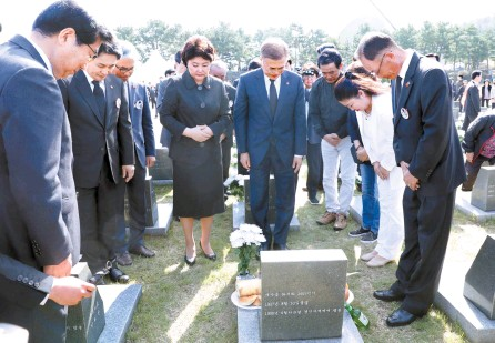 ?? Yonhap ?? President Moon Jae-in and first lady Kim Jung-sook pay their respects to the victims of the Jeju April 3 Massacres, during a memorial ceremony marking the 70th anniversary of the incident at the 4.3 Peace Park on Jeju Island, Tuesday.