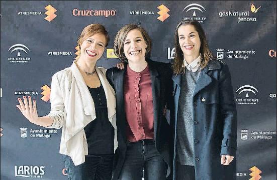 ?? CARLOS DÍAZ / EFE ?? Carla Simón, al centre, amb dues integrants de l'equip de producció d'Estiu 1993 / Verano 1993, guanyadora del Festival de Màlaga