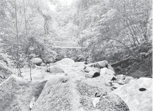 ??  ?? JAMBATAN GANTUNG: Jambatan gantung yang dapat dilihat semasa merentasi kawasan air terjun.