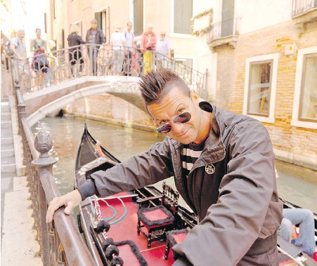"?? DO­MINIC ARI­ZONA BONUCCELLI, RICK STEVES' EUROPE ?? Gon­do­lier in Venice, Italy. ""The gon­do­liers, they get the girls."""