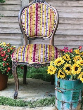 ??  ?? |OPPOSITE| FANTASTIC FOR FALL. These beautiful chairs show the variety of chair frame colors and styles as well some of the gorgeous fabrics Wendy uses in her designs, including Mexican textiles and artists' original fabrics.