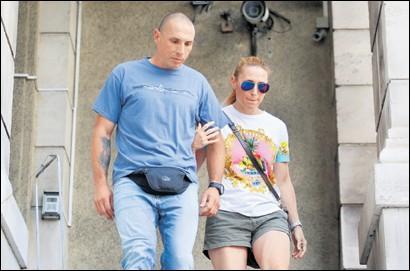 ??  ?? NA SLOBODI Matko Škalamera jučer na izlasku iz pritvora sa suprugom Natašom, također HGSS-ovkom