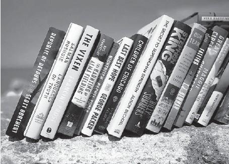 ?? ERIN HOOLEY/CHICAGO TRIBUNE ?? Books for summer reading, along Lake Michigan on June 17.