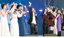 """?? Joint Press Corps-Yonhap ?? South and North Korean performers sing """"Our Wish"""" together at the Ryugyong Chung Ju-yung Gymnasium in Pyongyang, Tuesday."""