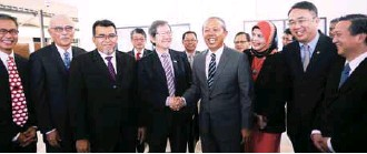 ?? BERNAMAPIX ?? Hasan (fourth from right) greets PAC deputy chairman Datuk Dr Tan Seng Giaw in a photo shoot before chairing the PAC meeting at Parliament House.