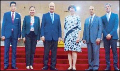 ??  ?? Photo shows PICC gen­eral man­ager Re­nato Padilla (3rd from left) flanked by (from left) PICC di­rec­tors Oc­tavio Per­alta, Su­san Vil­lar, Jo­ce­lyn Yam­bao-Franco, Car­los Mayor Flores and deputy gen­eral man­ager Roberto Gar­cia.