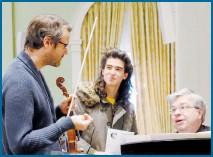 ?? /CORTESÍA JULIÁN FUEYO ?? En un ensayo de Zafiro, multipremiada pieza de Julián para violín y piano