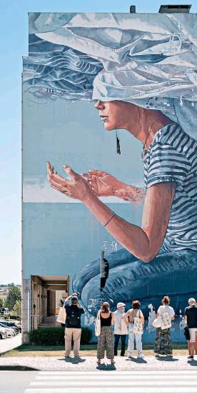 ??  ?? Cabeça nas Nuvens, de Fintan Magee, é um dos destaques da coleção de murais de arte urbana de Estarreja