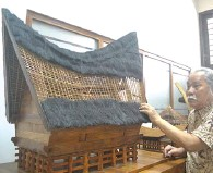 ?? DWI WAHYUNINGSIH/JAWA POS ?? KEKAYAAN INDONESIA: Prof Josef Prijotomo mengamati miniatur rumah adat Minangkabau di Laboratorium Perkembangan Arsitektur ITS.