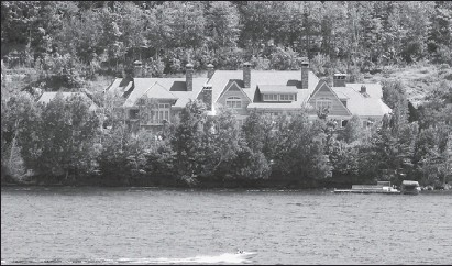 ?? MARCOS TOWNSEND THE GAZETTE ?? The Stroll family lodge, behind gates on Lake Tremblant, is valued at about $17 million. The family often is helicoptered to the lakeside retreat from Montreal.