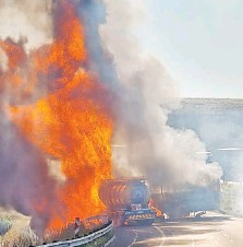 ??  ?? SEVEN people died when four vehicles crashed causing a fire. All seven were from one vehicle. I KZN EMS