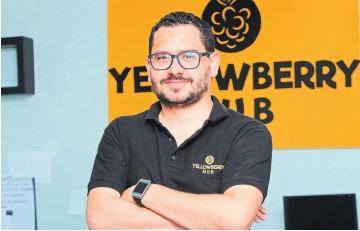 ??  ?? Asistencia virtual. José Magaña es el fundador de Yellowberry Hub. La entidad cumple su primer año de gestión con múltiples reconocimientos.