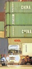 ?? FOTO: KEVIN FRAYER/GETTY IMAGES FOTO: CHINATOPIX/AP ?? Container für die Welt: Die Wirtschaft, vor allem der Export, zieht wieder an.
