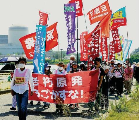 ?? Foto: Getty Images ?? Seit kurzem ist Block drei in Mihama wieder in Betrieb: Protestierende vor dem japanischen Kernkraftwerk.