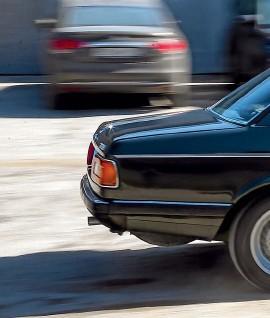 ??  ?? Характерная для BMW тех лет черта – развернутая к водителю центральная консоль. Элегантный шпон в отделке дверей уживается с ручными стеклоподъемниками.