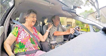 ?? RED HUBER/ STAFF PHOTOGRAPHER ?? Ruth Combs, 80, of Orlando, who does not drive, gets a ride Monday from John McCallister, 76, a volunteer driver for ITN Orlando, a company that specializes in helping older folks get around town.