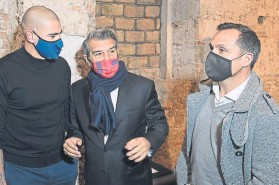 ?? FOTO: PERE PUNTÍ ?? Sergi Barjuan, con Joan Laporta y Víctor Valdés en un acto de la campaña