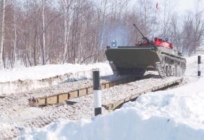 ??  ?? Экипажи легко преодолевали препятствие – своеобразный мост на маршруте.