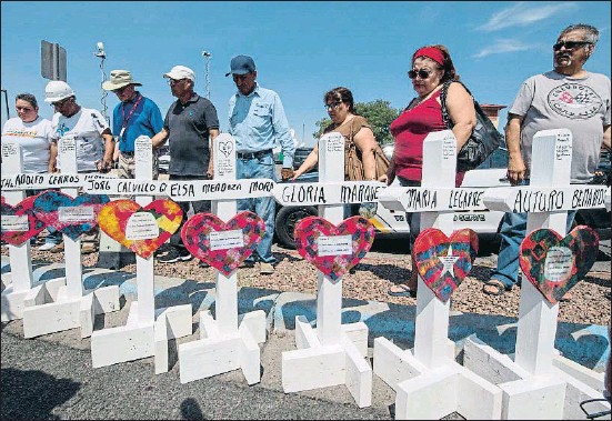 ?? MARK RALSTON / AFP ?? Adolfo Cerros, Jorg Calvillo, Elsa Mendoza, Gloria Marquez, Maria Legarre... Cruces con los nombres de los asesinados en El Paso