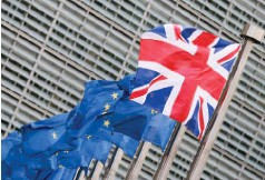 ??  ?? δηλώνει ικανοποιημένο από την πρωθυπουργό Τερέζα Μέι, με την κόντρα για το Brexit να επηρεάζει τα ποσοστά.
