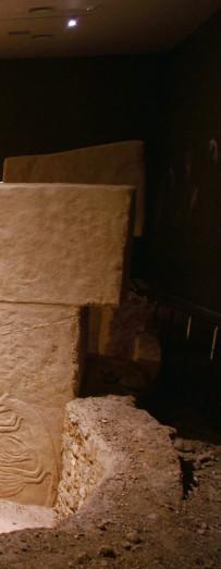 ??  ?? Şanlıurfa Arkeoloji Müzesi'ndeki ziyaretçiler, Göbeklitepe D Tapınağı replikasını inceliyor. Göbeklitepe ilk olarak 1960'larda bulunsa da üzerinde pek durulmamış; asıl kazı çalışmaları 1995 yılında Alman arkeolog Klaus Schmidt'in girişimleriyle başlamıştı. Göbeklitepe 2018 yılında UNESCO Dünya Miras Listesi'ne dahil edildi.