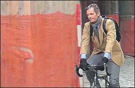 ?? EFE ?? Iñaki Urdangarin, ayer, saliendo en bicicleta de su casa de Ginebra