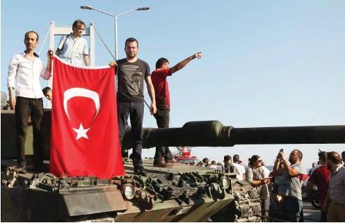 ?? Foto: dpa ?? Wenn Erdogan will, lassen sich Panzer einfach stoppen. Doch er lässt neue produzieren, denn er führt Krieg. Sogar im eigenen Land
