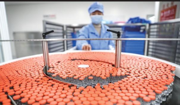 ??  ?? 将疫苗的研发生产全流程周期大大缩短,离不开一些策略机制和全球联动 新华社图